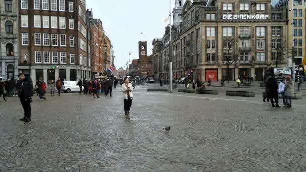 Híres amszterdami center utcában az emberek turisták séta és a tömegközlekedés
