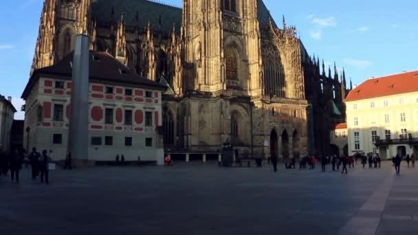 Köln, Deutschland - 30. April 2015: Steadycam Blick auf innere des Kölner Doms. Kölner Dom ist Deutschlands meistbesuchte Sehenswürdigkeit, zieht einen Durchschnitt von 20.000 Menschen pro Tag.