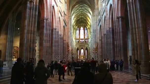 Köln, Deutschland - 30. April 2015: Steadycam Blick auf innere des Kölner Doms. Kölner Dom ist Deutschlands meistbesuchte Sehenswürdigkeit, zieht einen Durchschnitt von 20.000 Menschen pro Tag