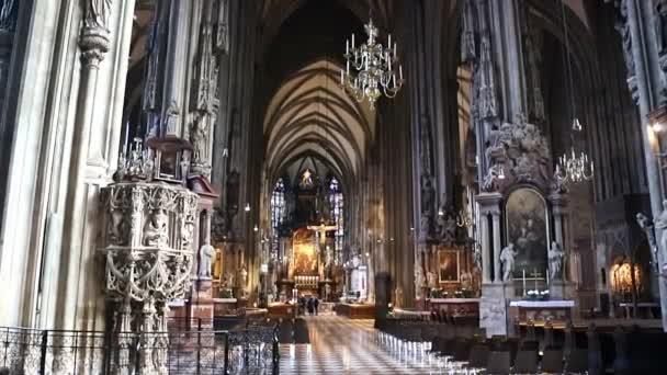 Köln, Deutschland - 30. April 2015: Schwebestativ-Blick auf das Innere des Kölner Doms. Der Kölner Dom ist Deutschlands meistbesuchtes Wahrzeichen und zieht durchschnittlich 20.000 Menschen am Tag an.