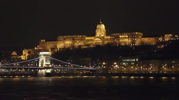 Megvilágított Széchenyi-híd és a királyi palota, a Buda hill Budapest footage - található a magyar főváros, Budapest éjszaka kivilágított Lánchíd