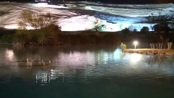 krásné a klidné jezero scéna za soumraku jen po západu slunce. Oblaka, stromy a stíny ve vodě