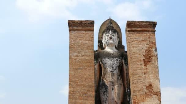 Sukhothai Buddha socha modrá obloha mraky 4k
