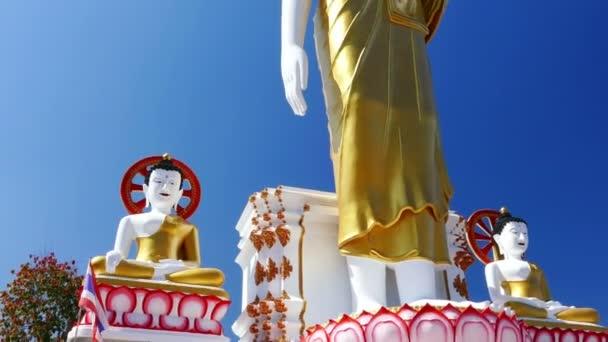 Buddha szobor Dharma kerék zászló Thaiföld kék ég 4k