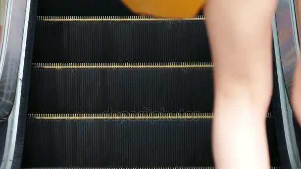 Eskalátor ženské nohy 4k