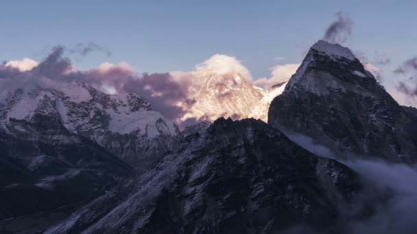 Velikost přírody: čas zanikla grandiózní pohled z vrcholu Everestu (8848 m) při západu slunce. Nepál, himálajské hory, nejvyšší bod na planetě