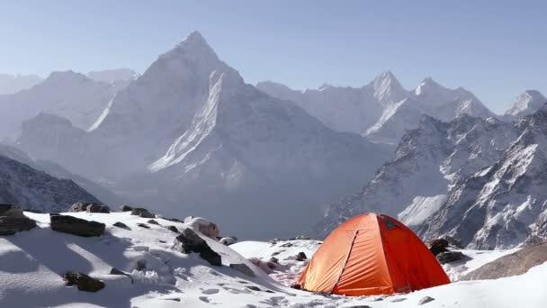 Panorama z vrcholu Ama Dablam (6812 m) při východu slunce. Nepál, Himaláje