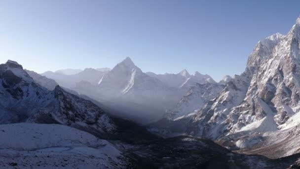 Panorama Ama Dablam peak (6812 m) a Cholatse mountain (6440 m) za východem slunce. Nepál, Himaláje
