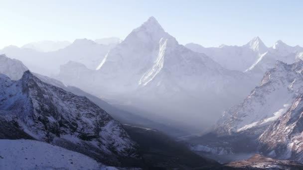 Přiblížíte se Ama Dablam Peak (6812 m) za východem slunce. Nepál, Himaláje