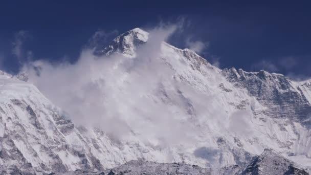 Čas zanikla Čo Oju vrch (8188 m) při východu slunce. Nepál, Himaláje