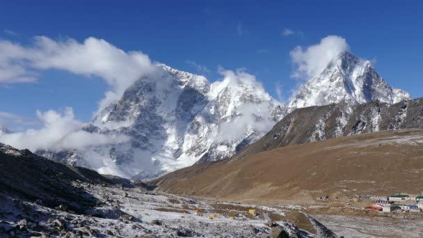 Velkolepý pohled Cholatse peak (6440 m) a Taboche peak (6495 m) na pozadí modré oblohy při východu slunce. Nepál, Himaláje