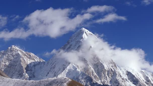 Velkolepý pohled na Pumo Ri nejvyšší (7161m) za východem slunce. Nepál, Himaláje. Časová prodleva