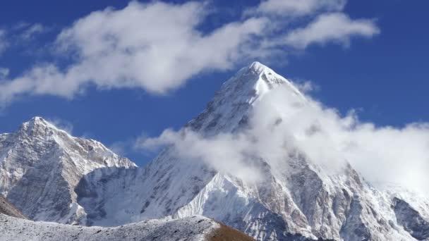 Velkolepý pohled na Pumo Ri nejvyšší (7161m) za východem slunce. Nepál, Himaláje. Časová prodleva přiblížit