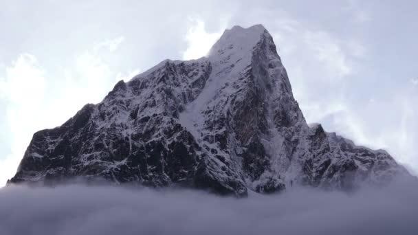Velkolepý pohled na vrchol Taboche (6495 m) při západu slunce. Nepál, Himaláje.