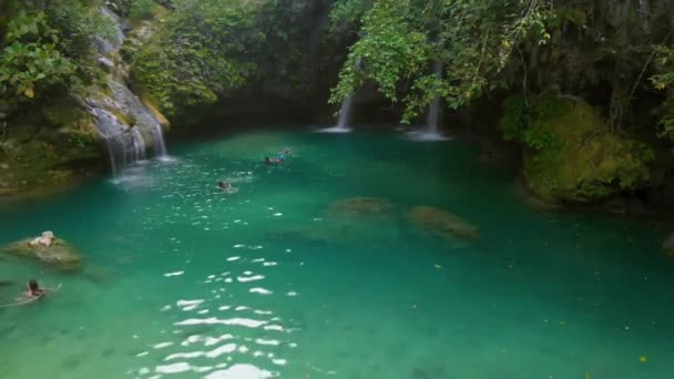 Letecký vodopád krajina uprostřed tropické zelené džungle u Kawasan Falls na ostrově Cebu na Filipínách.