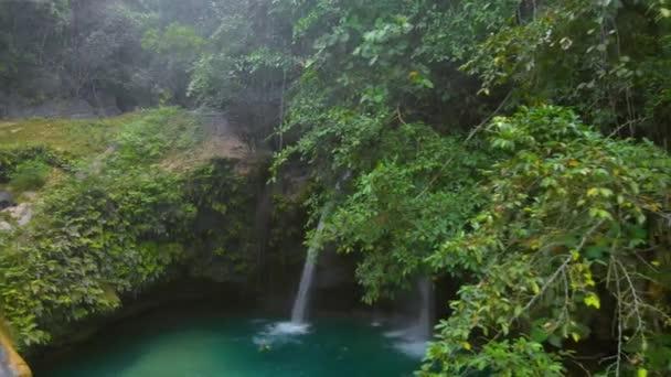 Tropický vodopád Kawasan Falls obklopen zelenou přírodou na ostrově Cebu na Filipínách