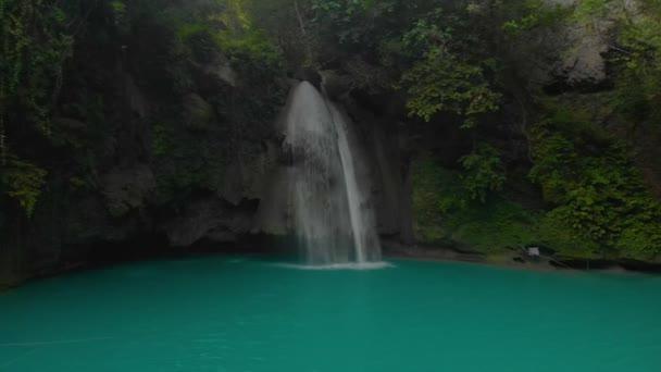 Kawasan Falls v horské rokli v tropické džungli na ostrově Cebu na Filipínách. Vodopád krajina a zelená tropická příroda v Asii