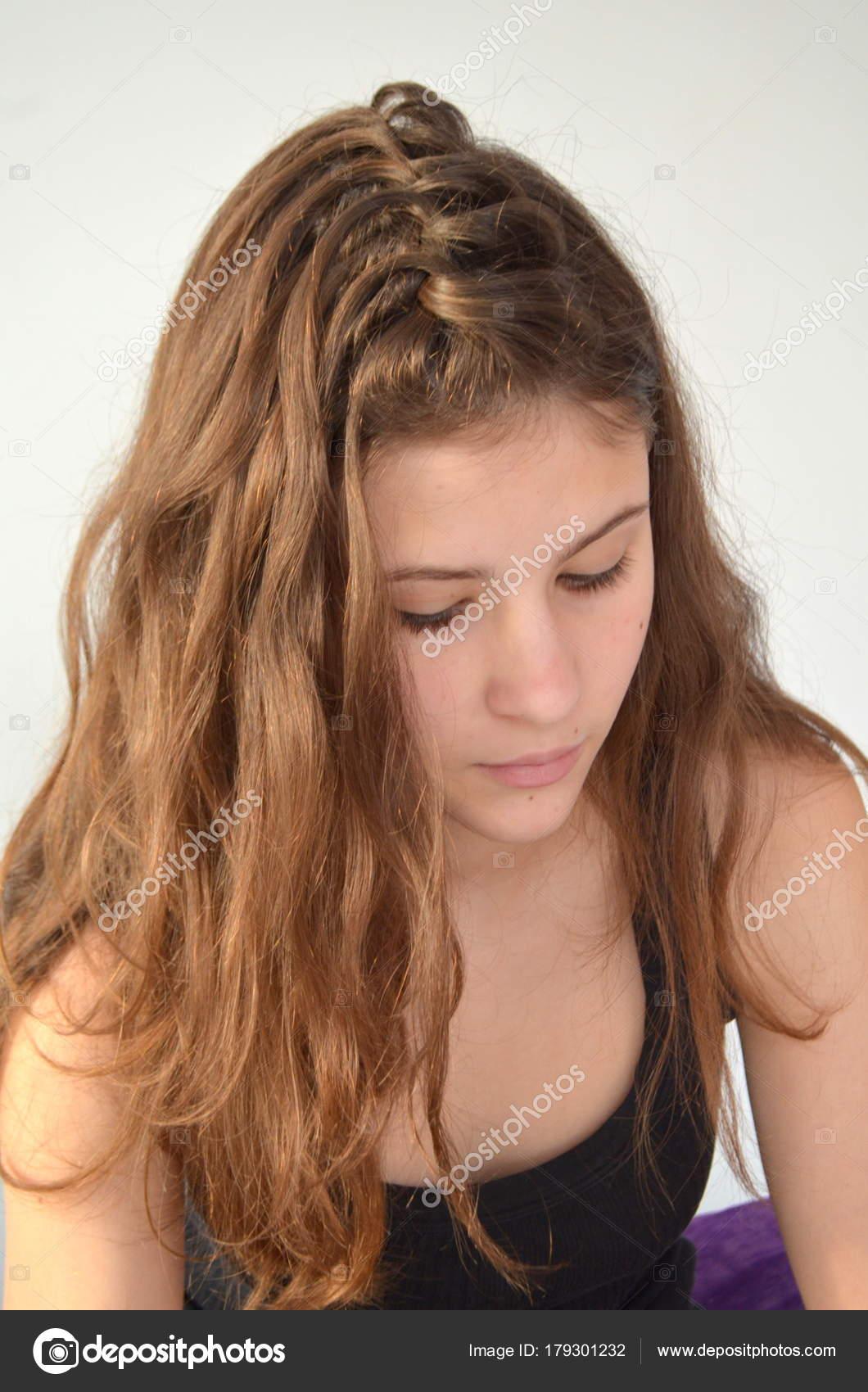 Portret Młodej Dziewczyny Fryzura średniej Długości Włosów