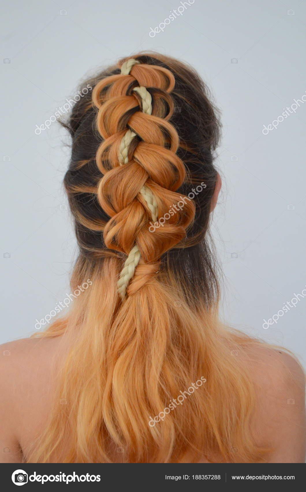 Teenager Mädchen Mit Modernen Haar Zöpfe Kanekalon Naturfarben