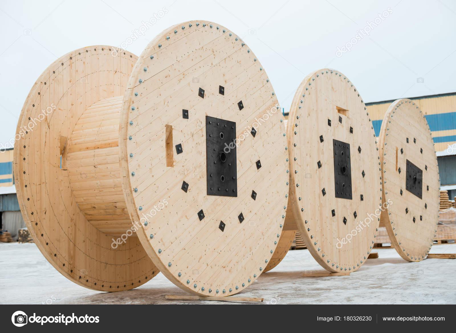 Hölzerne Spulen für Kabel — Stockfoto © format35 #180326230