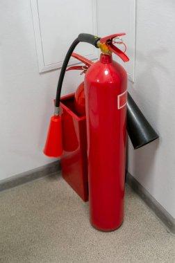 Ofis binasında yangın söndürücü var. Yangın Güvenliği