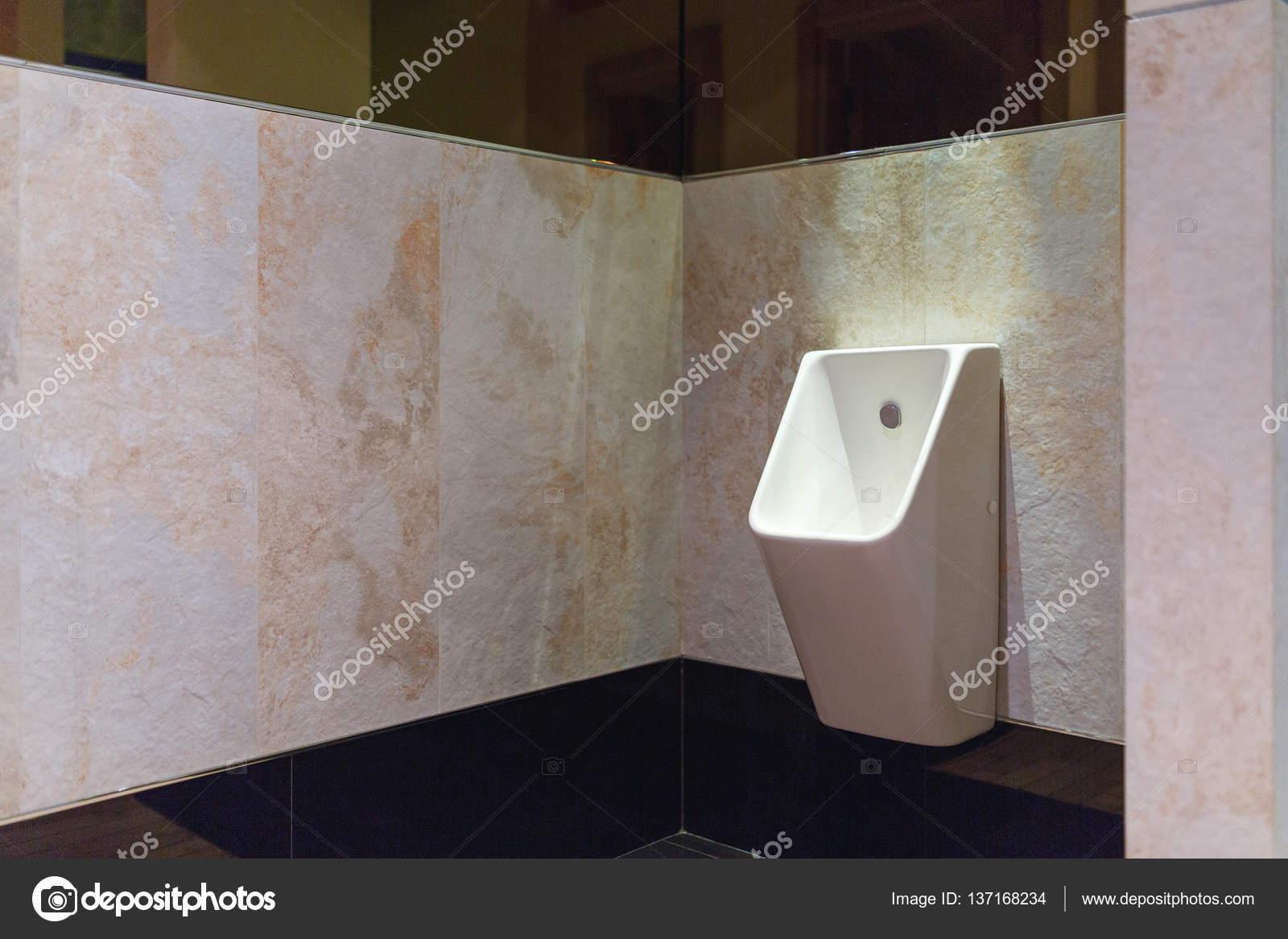 Moderne männer wc raum mit weißen urinale u stockfoto