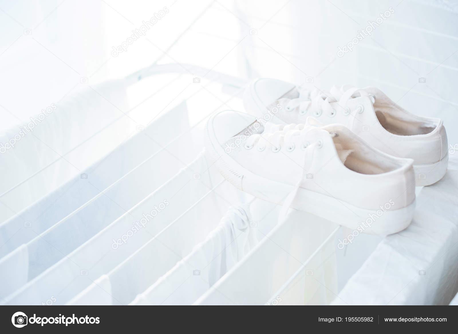 Weiße Kleidung Und Bettwäsche In Den Trockner Stockfoto