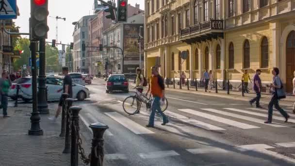gyalogos átkelés az úton, aktív városi élet