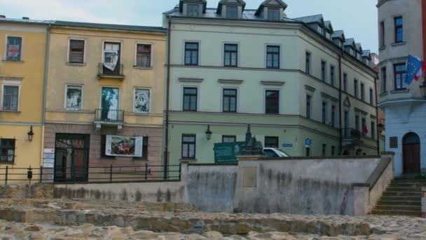 Fényképezőgép serpenyő gyönyörű színes házak Lupin, Lengyelország - Széles lövés