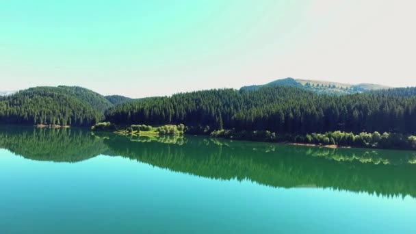 Fly Over hegyi tó tükör erdővel körülvett