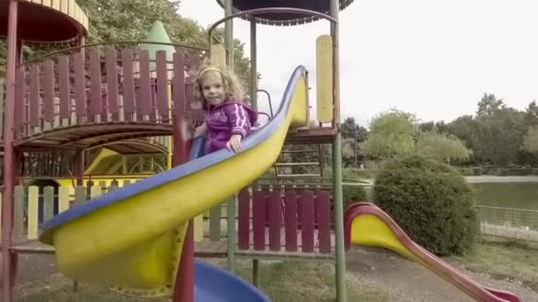 boldog lány játszótér