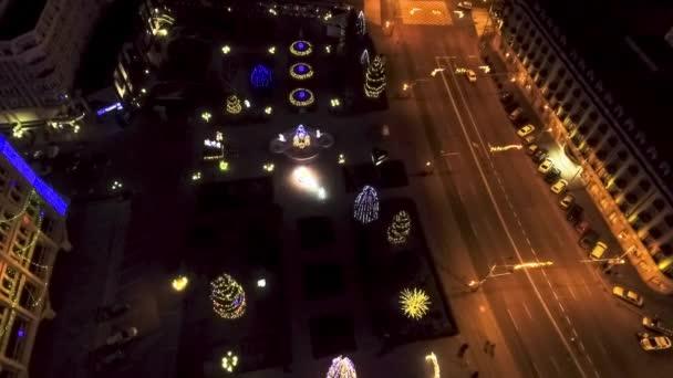 Geschmückte und beleuchtete Weihnachtsbäume in der Stadt