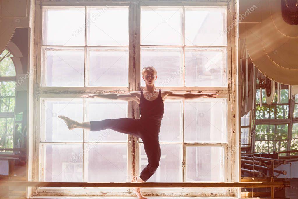 video-gde-devushka-tantsuet-pered-oknom