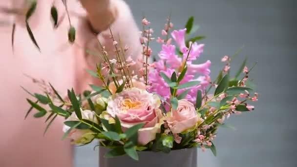 Proces tvorby krásné růžové kytice