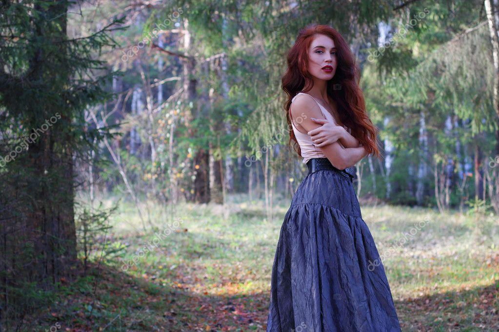 Ceinture Sur En Poses Sexy Dans Et Wind Femme D Forêt Jupe Des QtrBxshCd