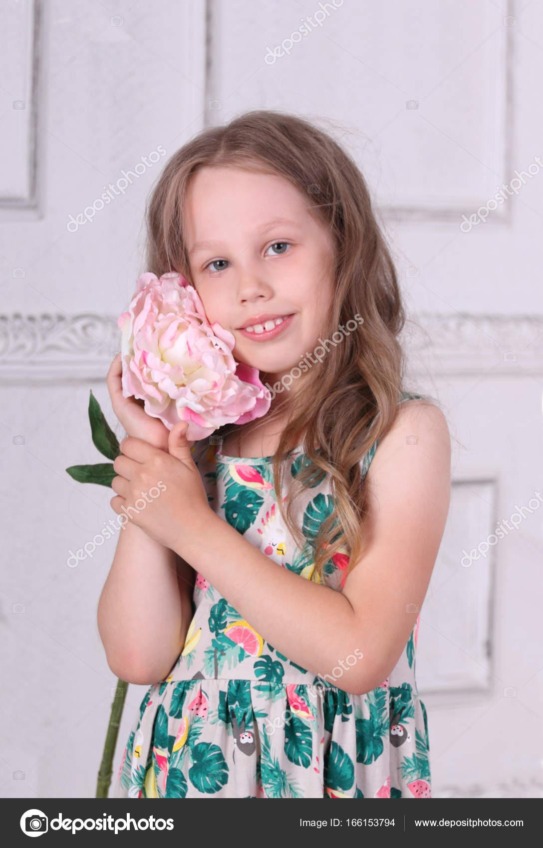 Niña vestida con poses de Rosa peonía grande en sala blanca — Fotos ...