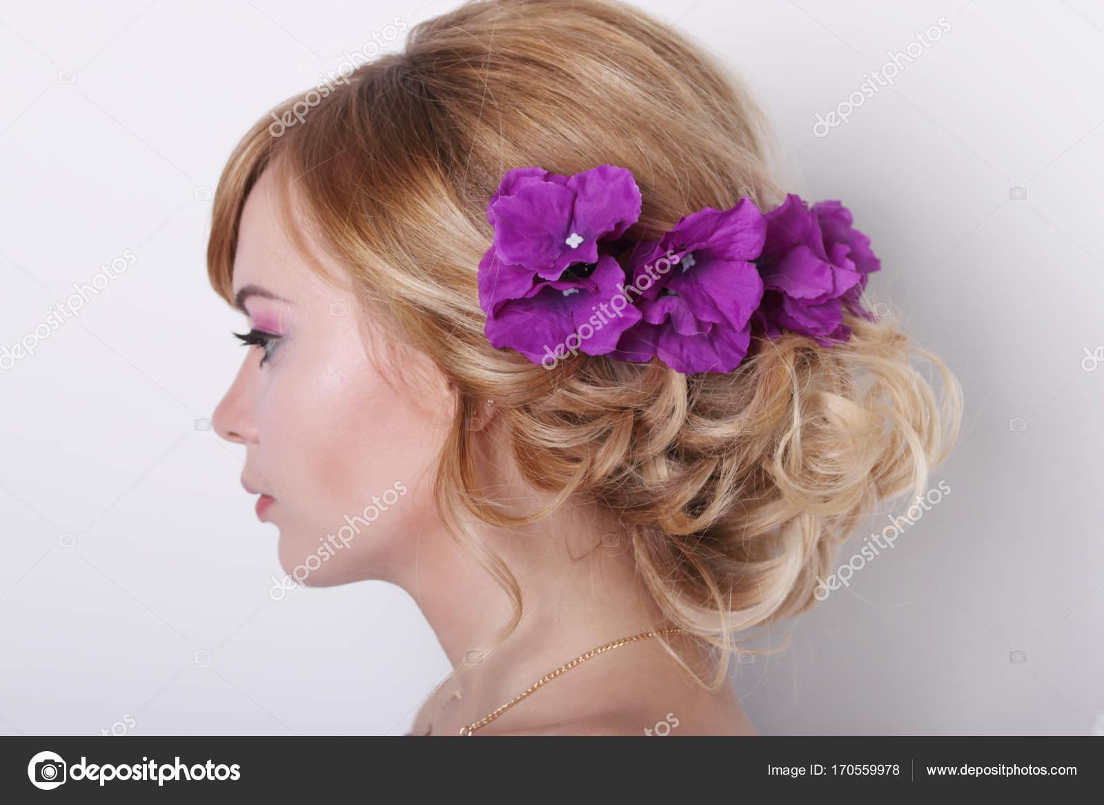 1d4f09e6ee3a Πορτρέτο στο προφίλ του όμορφη νεαρή ξανθιά γυναίκα με λουλούδια —  Φωτογραφία Αρχείου