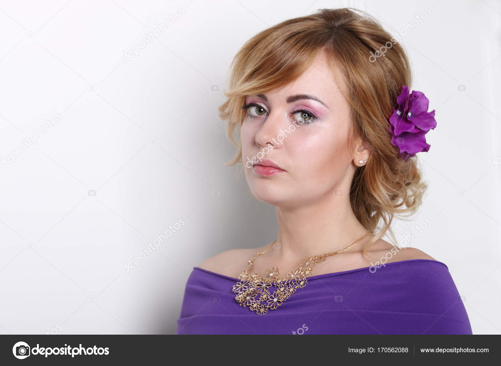 3b3981a1817f Όμορφη νεαρή ξανθιά γυναίκα στο μωβ φόρεμα με καθαρό δέρμα — Φωτογραφία  Αρχείου
