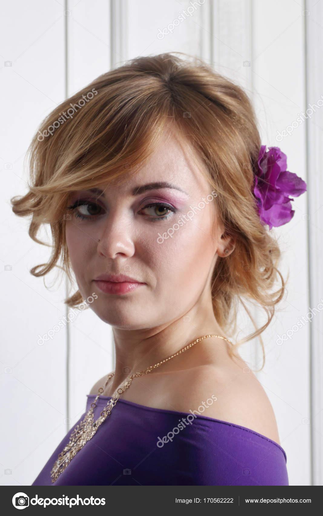 a837aab1447f Όμορφη νεαρή ξανθιά γυναίκα με καθαρό δέρμα και η make-up — Φωτογραφία  Αρχείου