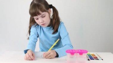 Csinos lány kék akvarell festék pillangó tábla fehér szobában