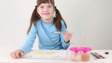 Mosolygó lány akvarell festék fehér szobában asztal pillangó