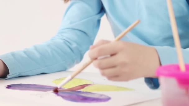 Kezében a tábla fehér szobában akvarell festészet pillangó lány
