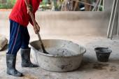 Bauarbeiter mischte Zement ernsthaft in die Innenwand, Thailand.