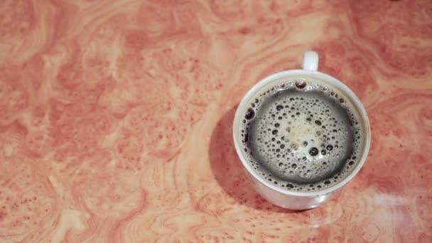 A kávé az asztalon van. A kilátás fentről. Bátorító reggeli ital a habbal.