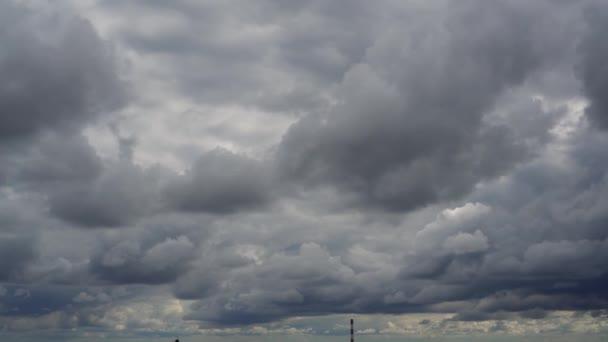 Měnící se počasí. Na obzoru je spousta bouřkových mraků. Zlověstná obloha. Blíží se bouře.