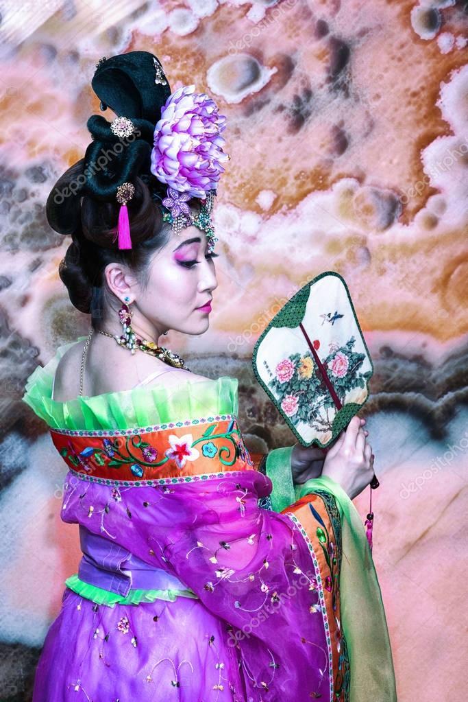 e187659cfd3d Κινεζική κορίτσι σε παραδοσιακά ρούχα με ανεμιστήρα, πίσω σειρά προβολής–  εικόνα αρχείου