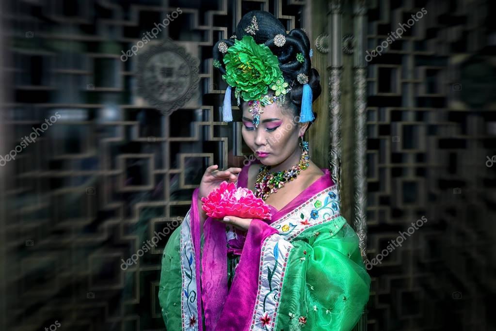 ee44db350db6 Γυναίκα σε μια παραδοσιακή κινεζική Φορεματάκι με λουλούδι, radial blur  επίδραση– εικόνα αρχείου