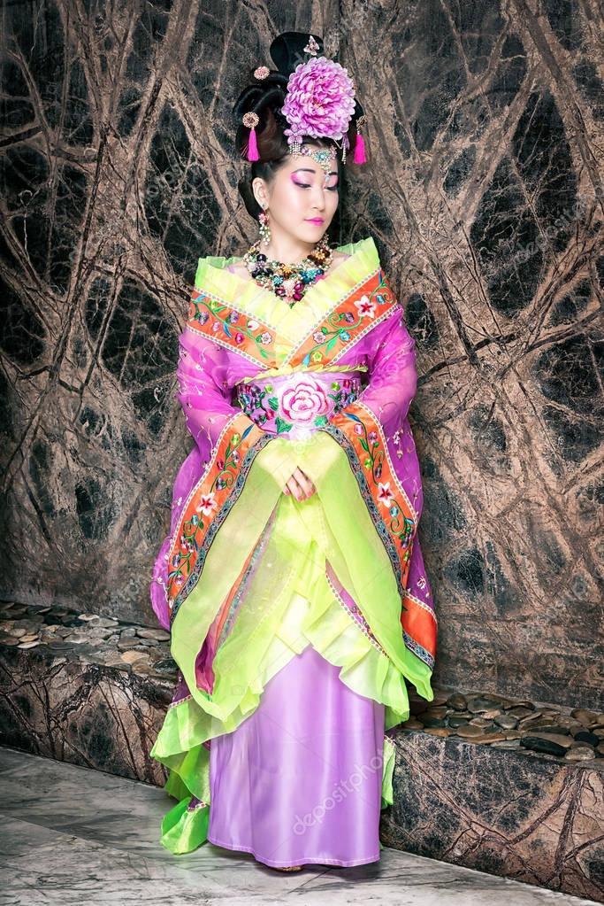 05a941bb3559 νέοι όμορφο γκέισα σε κιμονό ενάντια στον τοίχο — Φωτογραφία Αρχείου ...