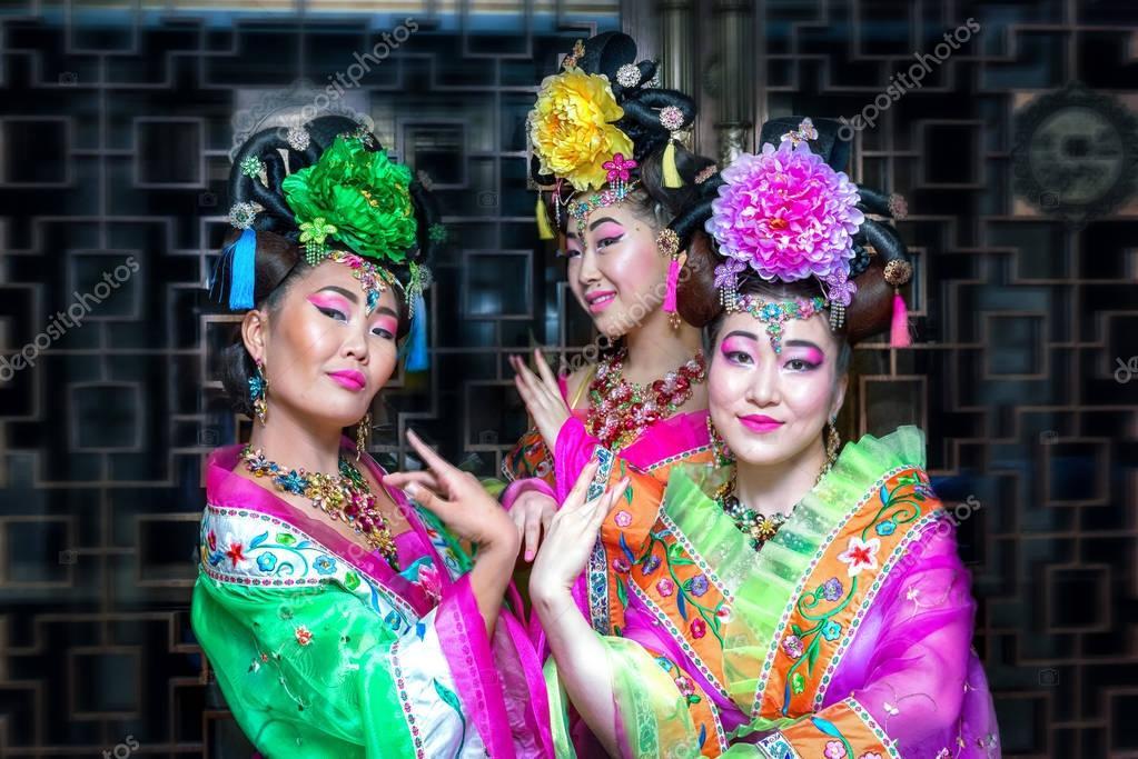 9e414e426314 Τρεις γυναίκες στην παλιά παραδοσιακά κινέζικα φορέματα — Φωτογραφία Αρχείου
