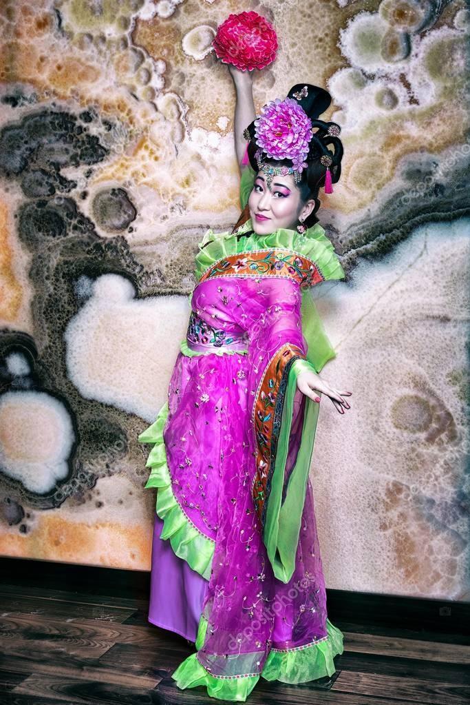 e9ec0e4d1080 Κινέζικο κορίτσι στο ροζ φόρεμα παραδοσιακά κινέζικα — Φωτογραφία ...